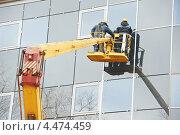 Купить «Рабочие устанавливают стекла на фасаде здания», фото № 4474459, снято 28 марта 2012 г. (c) Дмитрий Калиновский / Фотобанк Лори