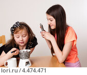 Дети едят растопленный шоколад и фотографируют на телефон. Стоковое фото, фотограф Tamara Sushko / Фотобанк Лори