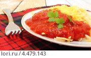 Купить «Спагетти с томатным соусом с хреном и тертым сыром», эксклюзивное фото № 4479143, снято 6 апреля 2013 г. (c) Наталья Осипова / Фотобанк Лори