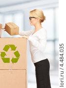Купить «Молодая деловая женщина с картонными коробками», фото № 4484035, снято 12 февраля 2011 г. (c) Syda Productions / Фотобанк Лори