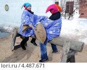 Купить «Бой на мешках. Город Ялуторовск», фото № 4487671, снято 17 марта 2013 г. (c) Александр Тараканов / Фотобанк Лори