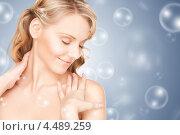 Купить «Красивая молодая женщина на сером фоне с мыльными пузырями», фото № 4489259, снято 3 апреля 2010 г. (c) Syda Productions / Фотобанк Лори