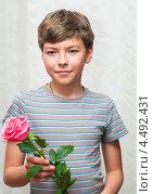Мальчик-подросток с розой в руках. Стоковое фото, фотограф Игорь Низов / Фотобанк Лори