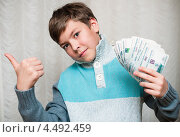 Купить «Счастливый мальчик-подросток с деньгами в руках показывает, что всё отлично», эксклюзивное фото № 4492459, снято 7 апреля 2013 г. (c) Игорь Низов / Фотобанк Лори