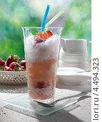 Купить «Стакан с коктейлем из содовой и мороженого», фото № 4494323, снято 12 декабря 2017 г. (c) Food And Drink Photos / Фотобанк Лори