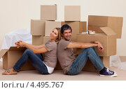 Купить «Счастливая молодая пара сидит на полу рядом с картонными коробками», фото № 4495767, снято 27 мая 2019 г. (c) Wavebreak Media / Фотобанк Лори