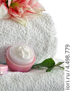 Купить «Банка косметического крема на белом полотенце», фото № 4498779, снято 10 апреля 2013 г. (c) Литова Наталья / Фотобанк Лори
