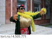 Купить «Заходите, люди добрые, в Курганский краеведческий музей. Вас приглашает Верка Сердючка», эксклюзивное фото № 4505771, снято 16 августа 2012 г. (c) Анатолий Матвейчук / Фотобанк Лори