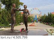 Купить «Юноша и девушка в летнем парке. Город Курган», фото № 4505799, снято 16 августа 2012 г. (c) Анатолий Матвейчук / Фотобанк Лори