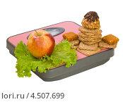 Купить «Яблоко и печенье на напольных весах», фото № 4507699, снято 13 апреля 2013 г. (c) Инна Грязнова / Фотобанк Лори