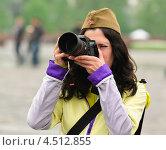 Купить «Девушка фотограф в День Победы 9 Мая», эксклюзивное фото № 4512855, снято 9 мая 2012 г. (c) Алёшина Оксана / Фотобанк Лори