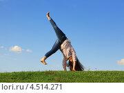 Купить «Молодая девушка в джинсах кувыркается на зеленой траве на фоне синего неба», фото № 4514271, снято 25 августа 2011 г. (c) Losevsky Pavel / Фотобанк Лори