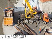 Купить «Кран загружает мусор в грузовик на строительной площадке», фото № 4514287, снято 7 октября 2011 г. (c) Losevsky Pavel / Фотобанк Лори