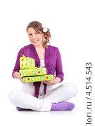 Купить «Беременная девушка сидит на полу и держит в руках зеленые подарочные коробки», фото № 4514543, снято 6 февраля 2012 г. (c) Losevsky Pavel / Фотобанк Лори