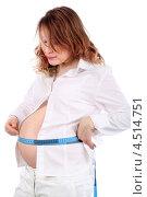 Беременная женщина в белой одежде измеряет живот сантиметром. Стоковое фото, фотограф Losevsky Pavel / Фотобанк Лори