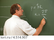 Купить «Ученый пишет мелом формулы на зелёной доске», фото № 4514907, снято 11 июля 2011 г. (c) Losevsky Pavel / Фотобанк Лори