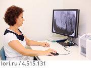 Купить «Женщина стоматолог сидит перед компьютером с рентгеновским снимком зубов на экране», фото № 4515131, снято 16 июля 2011 г. (c) Losevsky Pavel / Фотобанк Лори