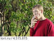 Купить «Молодой человек курит сигарету в осеннем парке», фото № 4515815, снято 30 октября 2011 г. (c) Losevsky Pavel / Фотобанк Лори