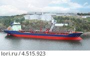 Большой нефтяной танкер на заправке. Стоковое фото, фотограф Losevsky Pavel / Фотобанк Лори