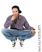 Молодой мужчина реппер в молодёжной одежде на белом фоне. Стоковое фото, фотограф Losevsky Pavel / Фотобанк Лори