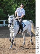 Купить «Жокей в очках с хлыстом на лошади на ипподроме», фото № 4516479, снято 10 июня 2011 г. (c) Losevsky Pavel / Фотобанк Лори