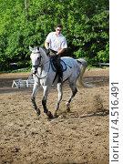 Купить «Жокей в очках и белой рубашке едет на лошади на ипподроме», фото № 4516491, снято 10 июня 2011 г. (c) Losevsky Pavel / Фотобанк Лори