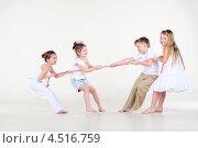 Купить «Четыре ребенка играют в перетягивание веревки», фото № 4516759, снято 29 февраля 2012 г. (c) Losevsky Pavel / Фотобанк Лори
