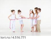 Купить «Пять маленьких детей перетягивают веревку», фото № 4516771, снято 29 февраля 2012 г. (c) Losevsky Pavel / Фотобанк Лори