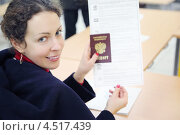 Купить «Женщина показывает паспорт и бюллетень для голосования на выборах в Госдуму Российской Федерации», фото № 4517439, снято 4 декабря 2011 г. (c) Losevsky Pavel / Фотобанк Лори