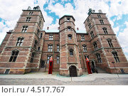 Купить «Замок Русенборг, расположенный в центре города Копенгаген, Дания. Две красные будки для охранников», фото № 4517767, снято 30 июля 2011 г. (c) Losevsky Pavel / Фотобанк Лори
