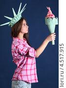 Купить «Девушка в образе Статуи Свободы держит факел», фото № 4517915, снято 12 ноября 2011 г. (c) Losevsky Pavel / Фотобанк Лори