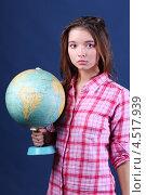 Купить «Школьница с глобусом на синем студийном фоне», фото № 4517939, снято 12 ноября 2011 г. (c) Losevsky Pavel / Фотобанк Лори