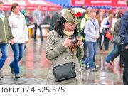 Купить «Девушка в армейской пилотке с фотоаппаратом в День Победы 9 мая», эксклюзивное фото № 4525575, снято 9 мая 2012 г. (c) Алёшина Оксана / Фотобанк Лори