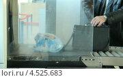 Купить «Рентгеновская досмотровая установка. Багаж в аэропорту», видеоролик № 4525683, снято 17 апреля 2013 г. (c) Mikhail Erguine / Фотобанк Лори