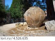 Древняя каменная амфора на улице города Пула, Хорватия (2012 год). Стоковое фото, фотограф Алексей Иванов / Фотобанк Лори