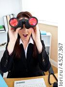 Купить «Девушка из офисе в восторге глядит в бинокль», фото № 4527367, снято 14 июля 2010 г. (c) Wavebreak Media / Фотобанк Лори
