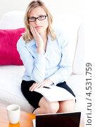 Купить «Расстроенная деловая женщина в очках перед раскрытым ноутбуком», фото № 4531759, снято 8 мая 2010 г. (c) Wavebreak Media / Фотобанк Лори