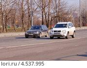 Купить «Два автомобиля на дороге», фото № 4537995, снято 18 апреля 2013 г. (c) Павел Кричевцов / Фотобанк Лори
