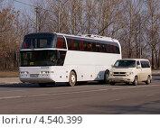 """Купить «Автобус """"Neoplan"""" и микроавтобус """"Wolkswagen"""" в движении», фото № 4540399, снято 18 апреля 2013 г. (c) Павел Кричевцов / Фотобанк Лори"""