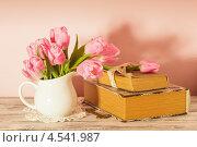 Нежные тюльпаны в белом кувшине и старинные книги на розовом фоне. Стоковое фото, фотограф Оксана Ковач / Фотобанк Лори