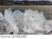 Глыба тающего на солнце льда. Озеро на заднем плане. Стоковое фото, фотограф Алексей Егоров / Фотобанк Лори