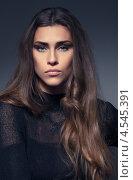 Купить «Портрет красивой брюнетки на сером фоне», фото № 4545391, снято 7 апреля 2020 г. (c) Михайлов Виталий / Фотобанк Лори