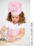 Купить «Симпатичная девочка делает печенье с помощью формочек», фото № 4547159, снято 25 октября 2010 г. (c) Wavebreak Media / Фотобанк Лори