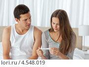 Купить «Обеспокоенная пара проверяет тест на беременность сидя на кровати», фото № 4548019, снято 23 октября 2010 г. (c) Wavebreak Media / Фотобанк Лори