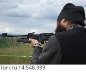Священник стреляет из ружья. Стоковое фото, фотограф малыгина надежда викторовна / Фотобанк Лори