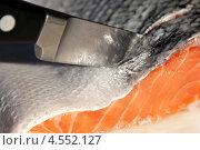Нож режет рыбу крупным планом. Стоковое фото, фотограф Olga Taranik / Фотобанк Лори