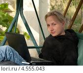 Девушка с ноутбуком солнечным летним днем. Стоковое фото, фотограф Андрей Некрасов / Фотобанк Лори