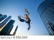Купить «Прыгающий парень на роликах на фоне неба и небоскребов», фото № 4556043, снято 26 мая 2011 г. (c) Станислав Фридкин / Фотобанк Лори