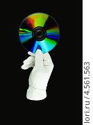 CD-диск в руке на черном фоне. Стоковое фото, фотограф Вячеслав Ковальчук / Фотобанк Лори