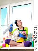 Купить «Девушка моет окно», фото № 4567011, снято 24 февраля 2013 г. (c) Серёга / Фотобанк Лори
